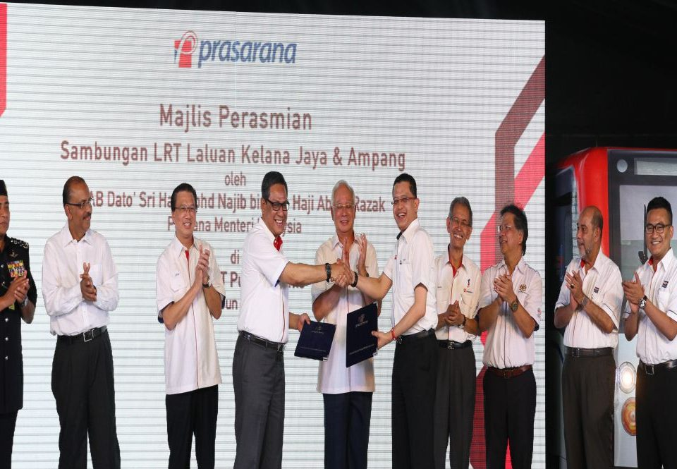 HISTORIC MOMENT: The exchanged of the MRT Handing Over and Operating Agreement between MRT Corp CEO Dato' Sri Shahril Mokhtar (fifth from right) and Prasarana President & Group CEO Dato' Azmi Abdul Aziz (fourth from left), witnessed by the Prime Minister Dato' Sri Mohd Najib Tun Abdul Razak
