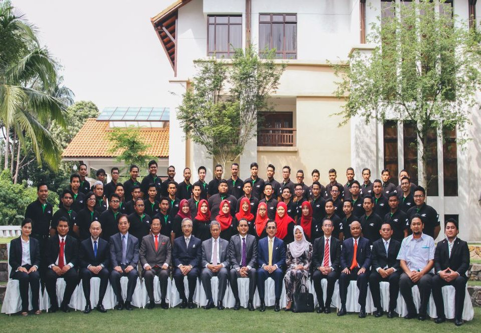 FUTURE ENTREPENUERS: Group photo of the entrepreneurs that will be part of the MRT Young Entrepreneurs Programme II that is part of the Bumiputera participation for the MRT Sungai Buloh-Serdang-Putrajaya Line together with extended guests.
