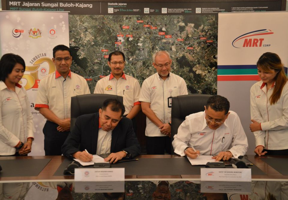 THE SIGNING. MARA Director General Datuk Ibrahim Ahmad (sitting, left) and MRT Corp Chief Executive Office Dato' Sri Shahril Mokhtar (sitting, right) signing the document. Witnessing the ceremony are (second, back row from left MARA Council Secretary Encik Fazli Rizal Ismail, MARA Deputy Director General (Management Services) Encik Azhar Abdul Manaf, MRT Corp Director of Commercial and Land Management Dato' Haris Fadzilah Hassan.