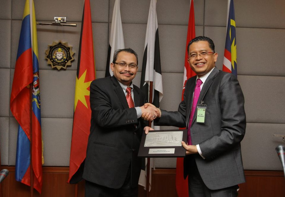 WARM GESTURE: Mass Rapid Transit Corporation Sdn Bhd (MRT Corp) Chief Executive Officer Dato Sri Shahril Mokhtar (right) presenting Malaysian Anti-Corruption Commission (MACC) Chief Commissioner Datuk Dzulkifli Ahmad with a memento at the end of the courtesy call.