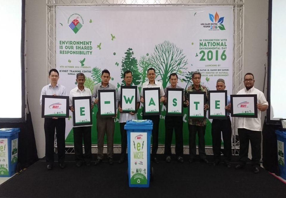 LAUNCHED: Datuk Ir. Hamim Samuri (fourth from left) launching the MRT Environmental Campaign together with MRT Corp Chief Executive Officer Dato' Sri Shahril Mokhtar (fifth from left) and the communities representatives; from left, Mr Chow Yew Nam (Bandar Utama), Datuk Mumtaz Ali (Bukit Bandaraya), Encik Shata Shaharom (Kampung Sungai Jernih), Mr Chan Gaik Kee (Mutiara Damansara), Encik Roslan Abdul Ghani (Kampung Selamat) and Encik Zulkipili Haji Abdul Karim (Kampung Masjid).
