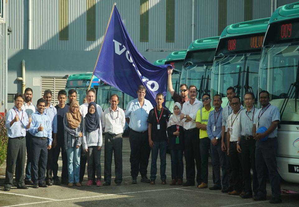 PASUKAN PENTING: Individu-individu yang bertanggungjawab untuk penghantaran bas perantara di kilang bas SCOMI di Rawang, Selangor.