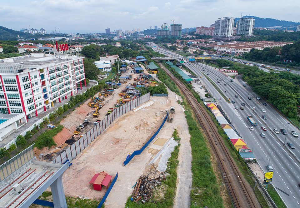 View of the northern end of the MRT Sungai Buloh-Kajang Line where the MRT Sungai Buloh-Serdang-Putrajaya Line continue from. Also visible are site clearing works for the construction of the SSP Line.