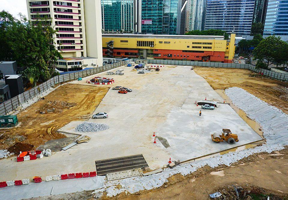 Pembinaan pejabat tapak dan kerja pembersihan tapak sedang dijalankan di tapak Stesen MRT Ampang Park yang akan datang.
