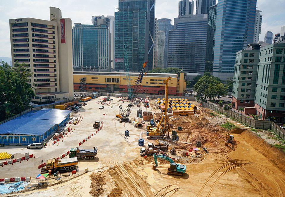 Kerja-kerja penyediaan tapak di tapak Stesen MRT Ampang Park yang akan datang.