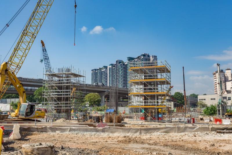 Kerja-kerja pembinaan tiang di tapak Stesen MRT Kuchai Lama.