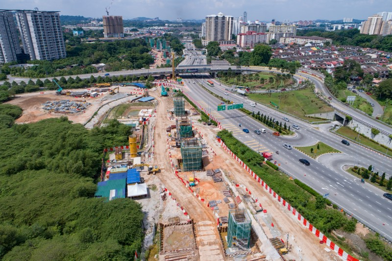 Pandangan udara kerja-kerja tiang di jajaran berdekatan dengan Kampung Malaysia Raya.