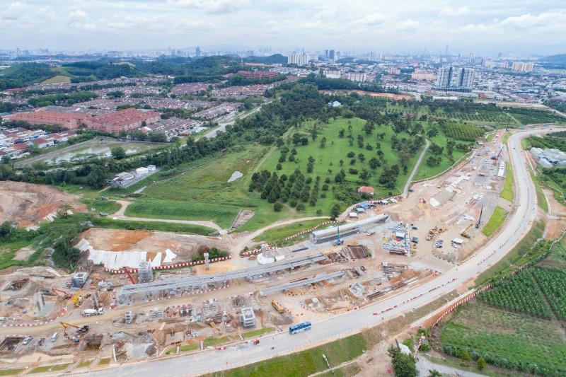 Pandangan udara penempatan semula utiliti dan pembinaan tiang di tapak Depoh Serdang.