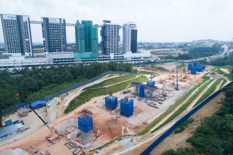 Pandangan udara pembinaan tiang di tapak Stesen MRT Cyberjaya North.