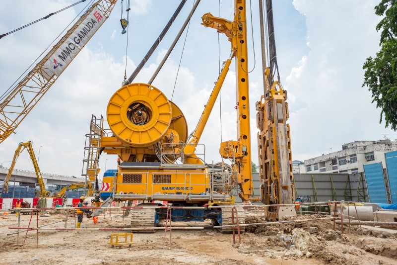 Kerja-kerja ekskavasi untuk pembinaan tembok diafragma di tapak Stesen MRT Hospital Kuala Lumpur.