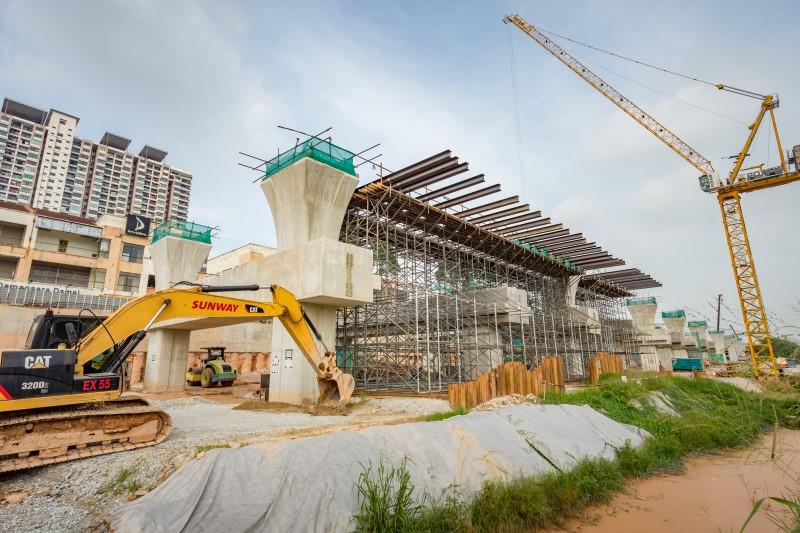 Pembinaan penyokong penyangga sementara untuk pelancaran Galang Kekotak Bersegmen berdekatan Sekolah Antarabangsa IGB.