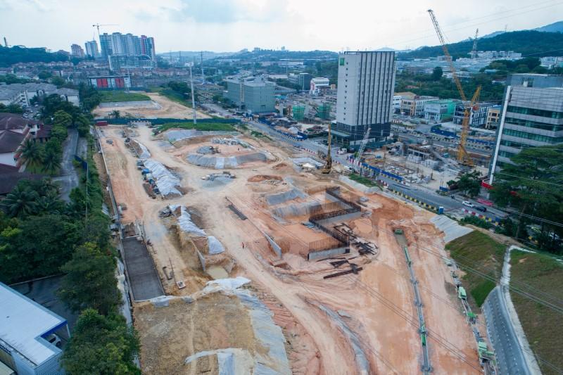 Pandangan udara pembinaan dinding penahan di tapak Stesen MRT Sri Damansara West.