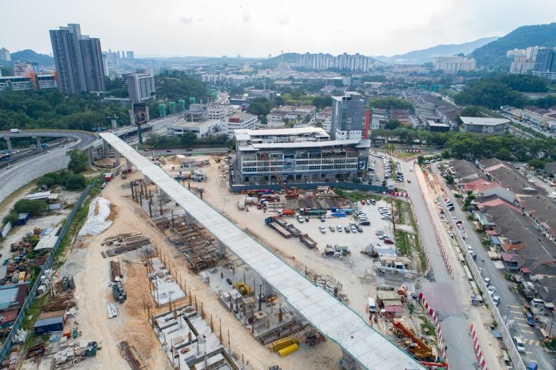 Pandangan udara pembinaan tiang stesen untuk Stesen MRT Sri Damansara East.