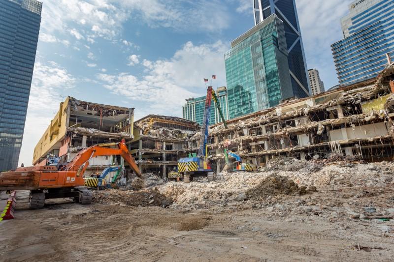 Kerja-kerja merobohkan Pusat Membeli Belah Ampang Park di tapak Stesen MRT Ampang Park.