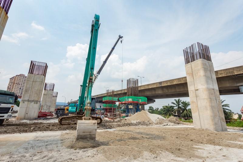 Pembinaan tiang di tapak Stesen MRT Kepong Sentral.
