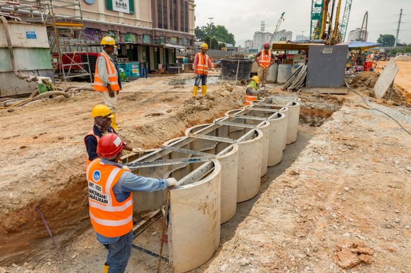 Pemasangan dinding untuk kerja-kerja cerucuk gerek 'secant' bertentangan dengan Kompleks Mutiara, Jalan Ipoh.
