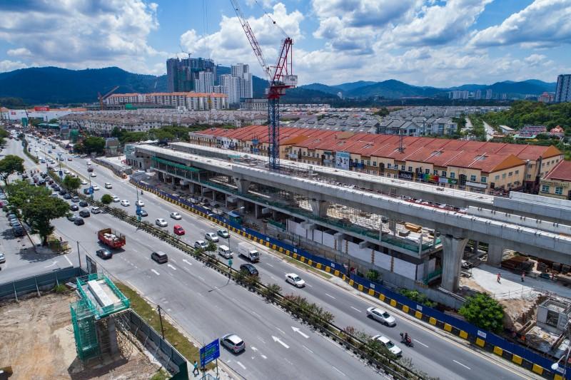 Pandangan udara pembinaan rasuk stesen, papak dan tiang di aras platform tapak Stesen MRT Kepong Baru.