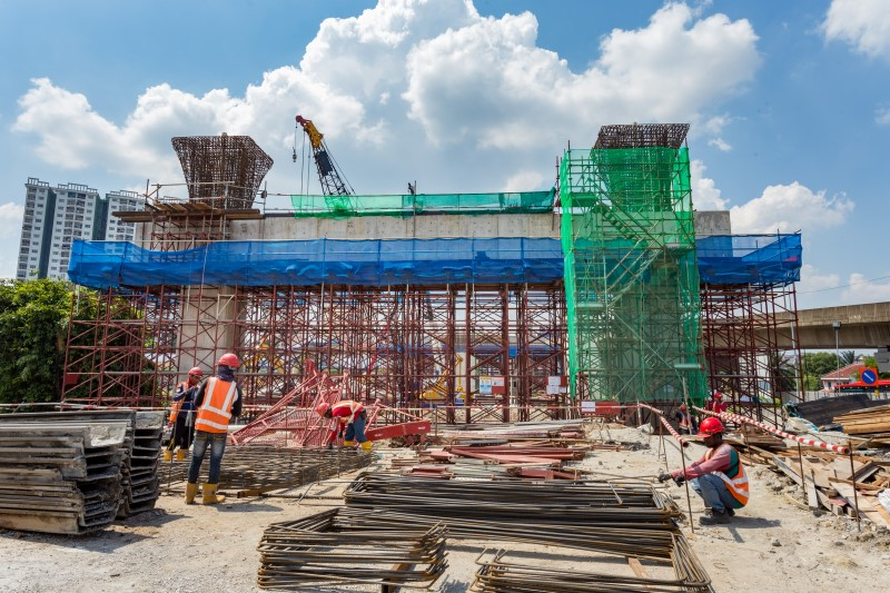 Pemasangan acuan untuk kerja-kerja konkrit sedang dijalankan di tapak Stesen MRT Kepong Sentral.