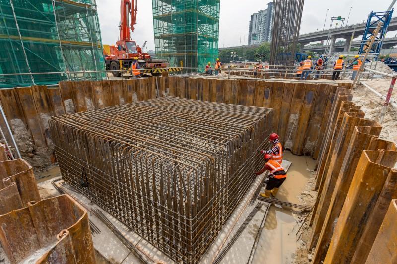 Kerja-kerja pembinaan tukup cerucuk di tapak Stesen MRT Kuchai Lama.