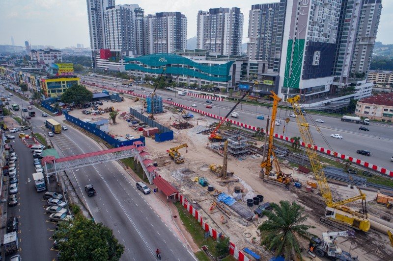 Pandangan udara kerja-kerja cerucuk gerek, tukup cerucuk, tiang, kepala tiang dan cerucuk mikro di tapak Stesen MRT Serdang Raya North.