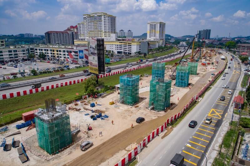 Pembinaan tiang di tapak Stesen MRT Serdang Raya South.