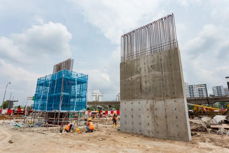 Pembinaan dinding ricih di tapak Stesen MRT Sungai Besi.
