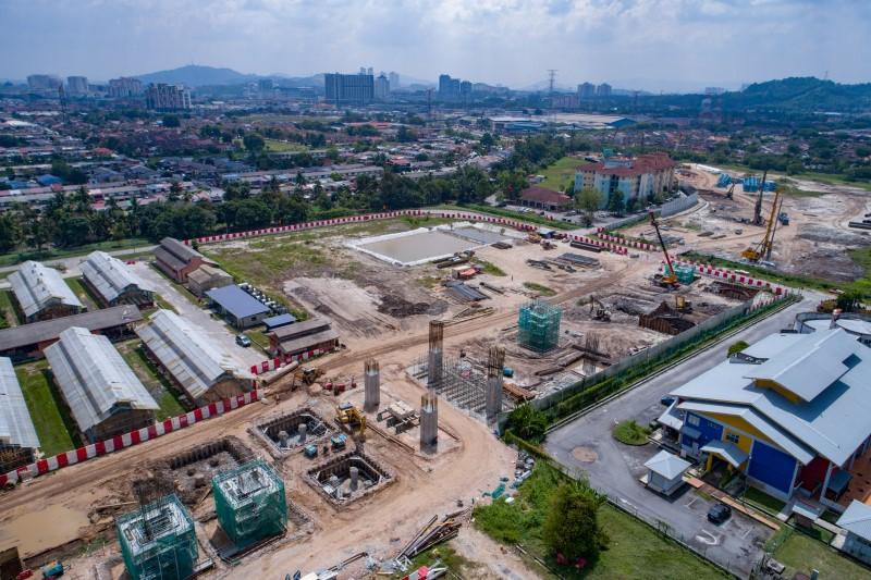 Pandangan udara pembinaan tukup cerucuk dan tiang di tapak Stesen MRT UPM.