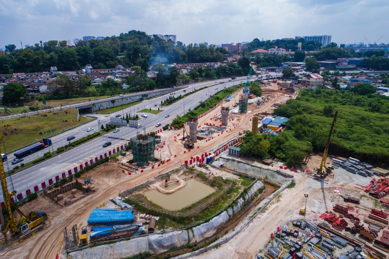 Pandangan udara pembinaan tukup cerucuk dan tiang di Kampung Malaysia Raya.