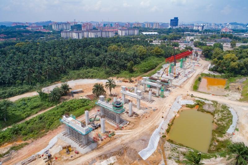 Pandangan udara pembinaan rasuk sesilang dan kepala tiang di tapak Stesen MRT Cyberjaya City Centre.