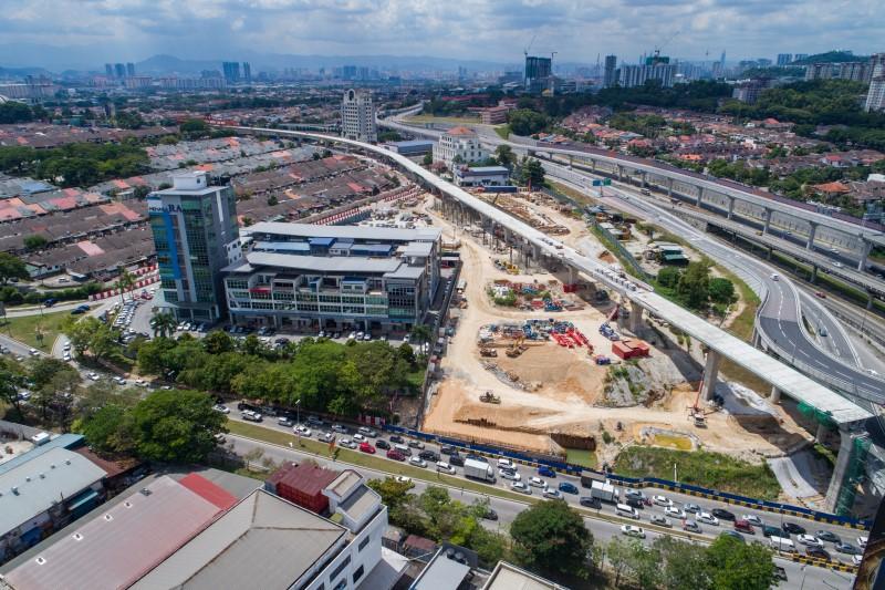 Pandangan udara tapak Stesen MRT Sri Damansara West di mana pemasangan parapet sedang dijalankan.