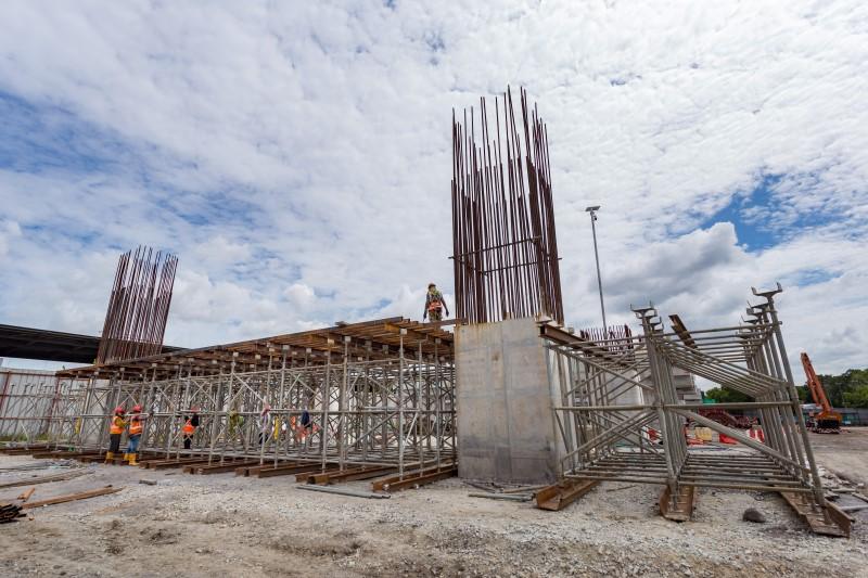 Pembinaan portal di tapak Stesen MRT Putrajaya Sentral.