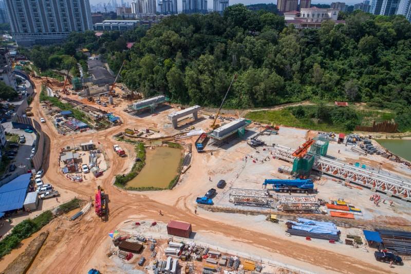 Pandangan udara kerja-kerja rasuk portal dan pelancaran gantri pelancar di tapak Stesen MRT Taman Naga Emas.