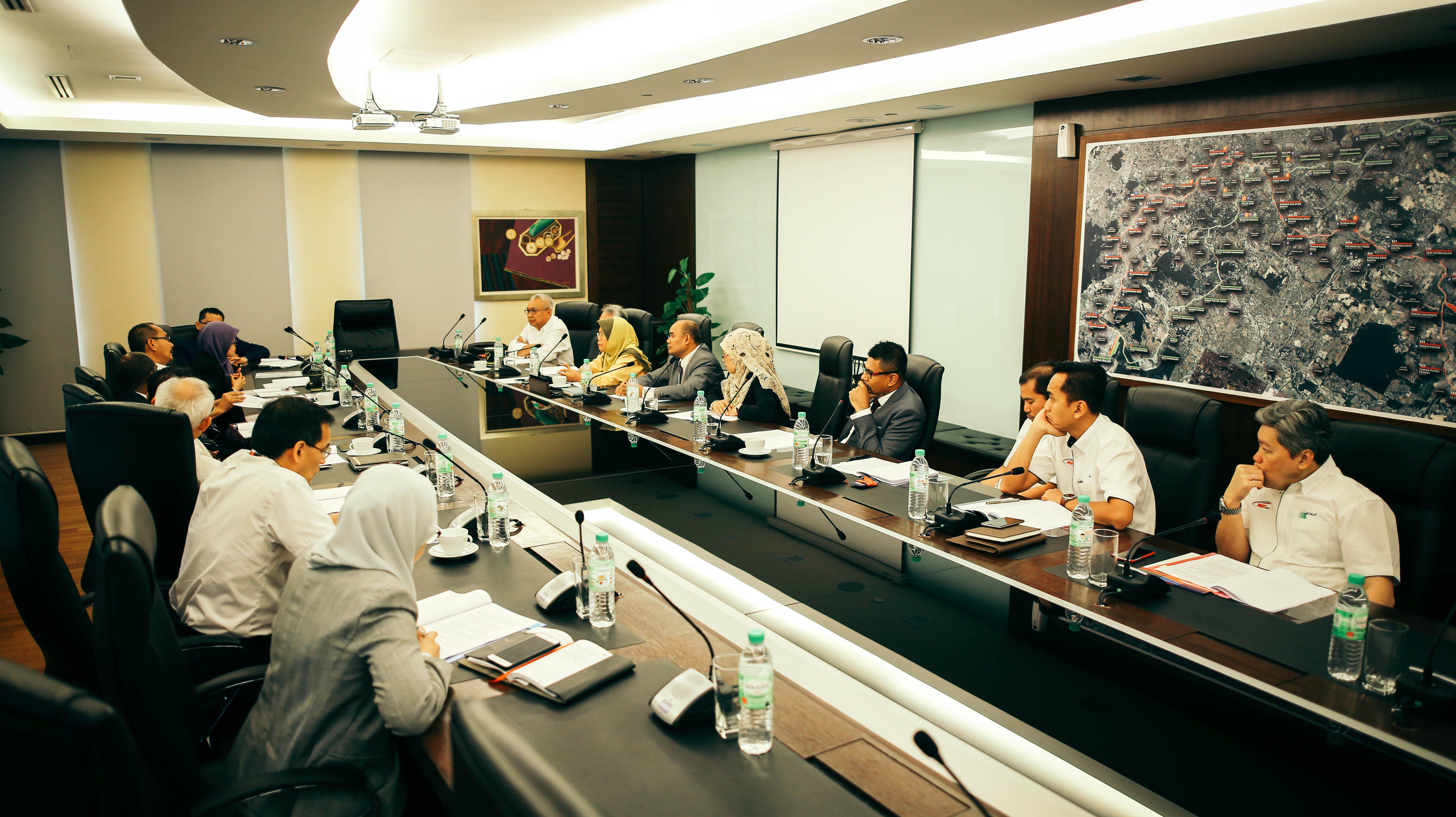 BERLANGSUNG: Lembaga Pengarah dan Barisan Kepimpinan Mass Rapid Transit Corporation Sdn Bhd memberi perhatian penuh kepada penerangan berkenaan Akta Suruhanjaya Pencegahan Rasuah Malaysia (Pindaan) 2018.