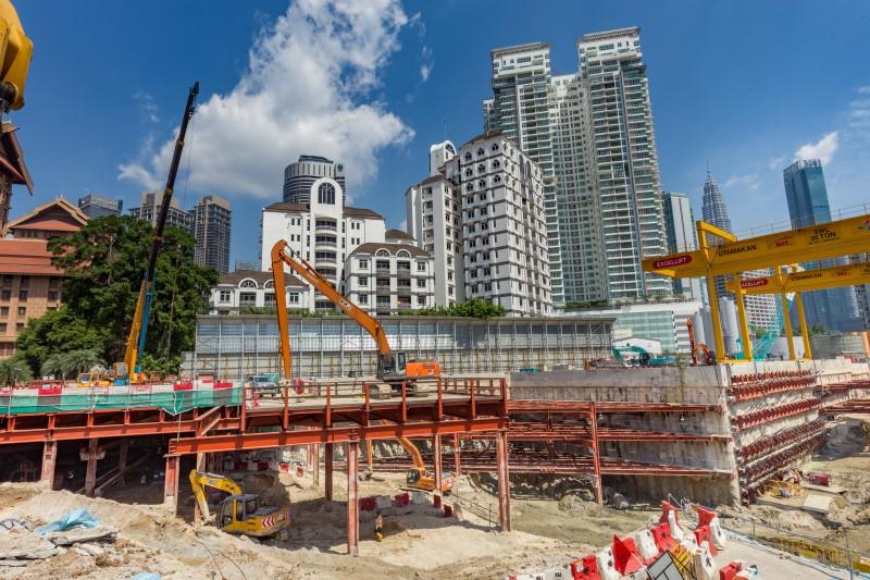 Kerja-kerja penggalian di tapak Stesen MRT Conlay.