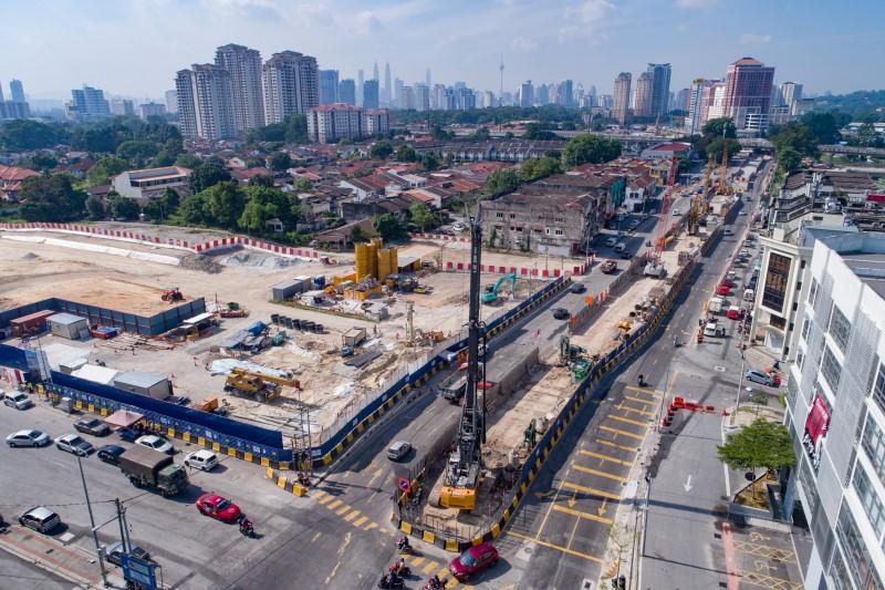 Pandangan udara persiapan untuk pembinaan dan kerja-kerja cerucuk gerek di tapak Stesen MRT Kentonmen.