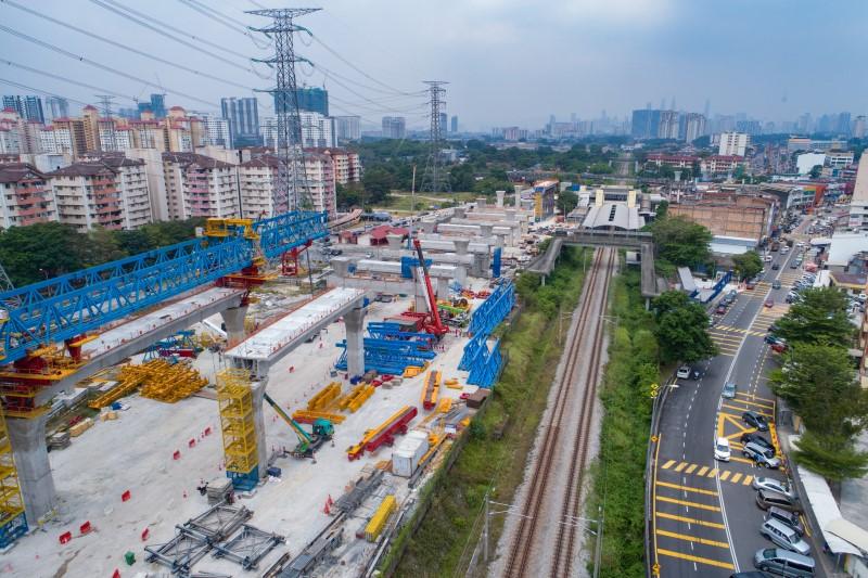 Pandangan udara pelancaran galang kekotak bersegmen di tapak Stesen MRT Kampung Batu. Kerja-kerja pembinaan rasuk portal telah siap.