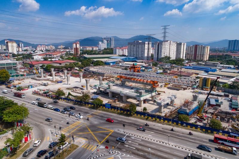 Pandangan udara mobilisasi pelancar gantri dan galang kekotak bersegmen di tapak Stesen MRT Jinjang.