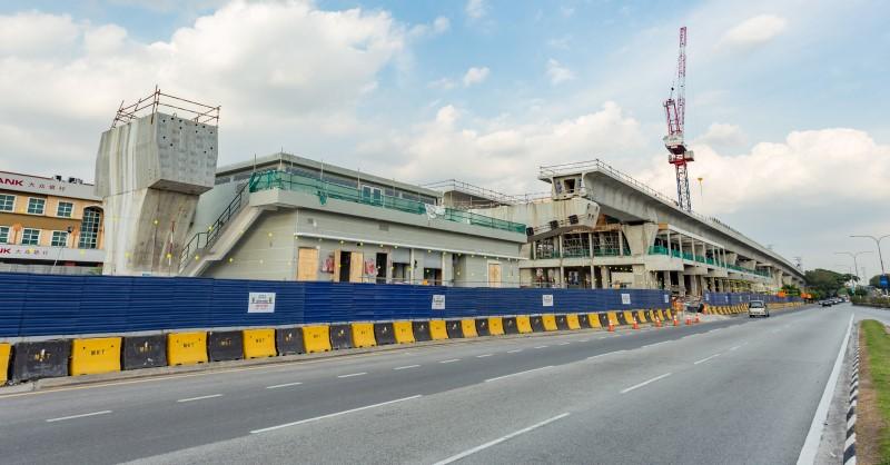 Kerja-kerja cat untuk bangunan utilti di tapak Stesen MRT Kepong Baru.