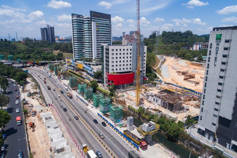 Pandangan udara pembinaan tiang di tapak Stesen MRT Sri Damansara West.
