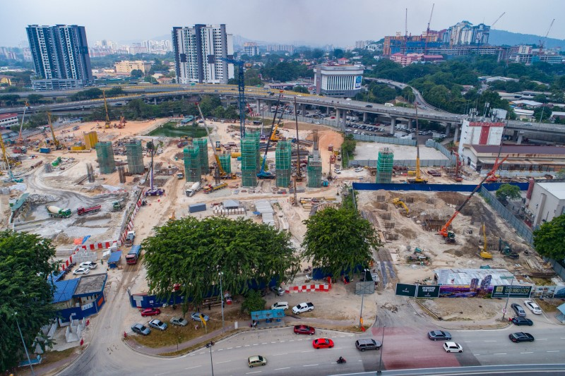 Pandangan udara kerja-kerja tiang di tapak Stesen MRT Kuchai Lama.