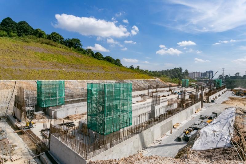 Pembinaan perancah untuk papak konkrit di tapak Stesen Sementara MRT Taman Universiti