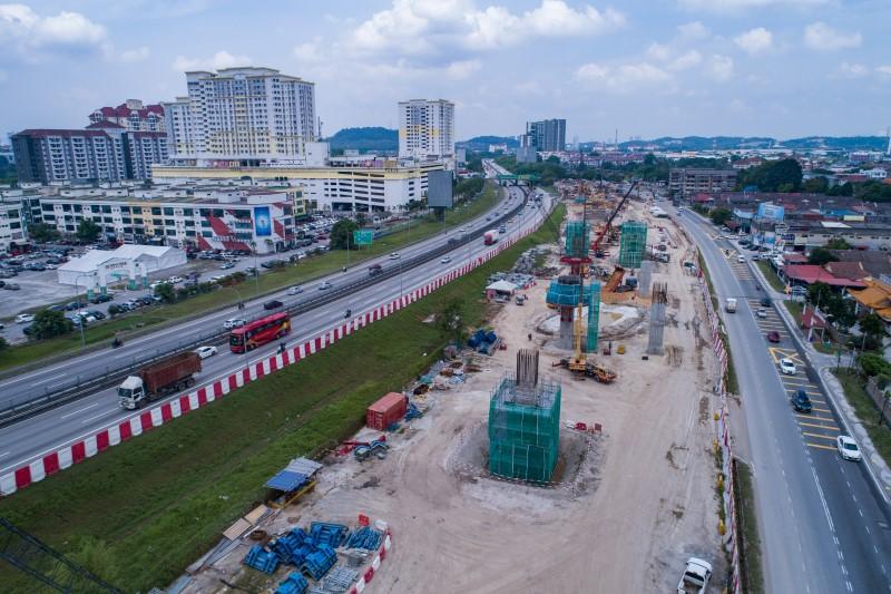 Pandangan udara kerja-kerja tiang di tapak Stesen MRT Serdang Raya South.