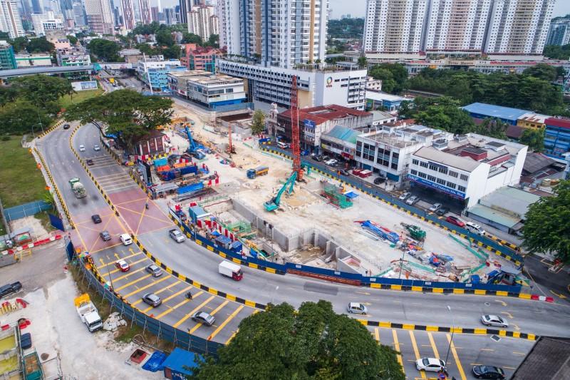 Pandangan udara penggalian dan kerja-kerja pengukuhan konkrit di tapak Stesen MRT Sentul West.
