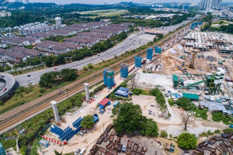 Pandangan udara pembinaan tiang dan kepala tiang di tapak Stesen MRT Sungai Besi.