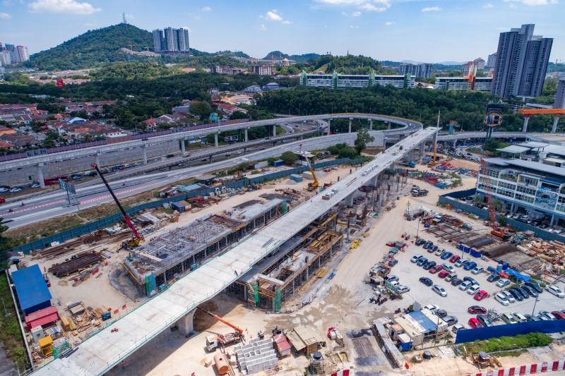 Pandangan udara pembinaan tiang di tapak Stesen MRT Sri Damansara East.