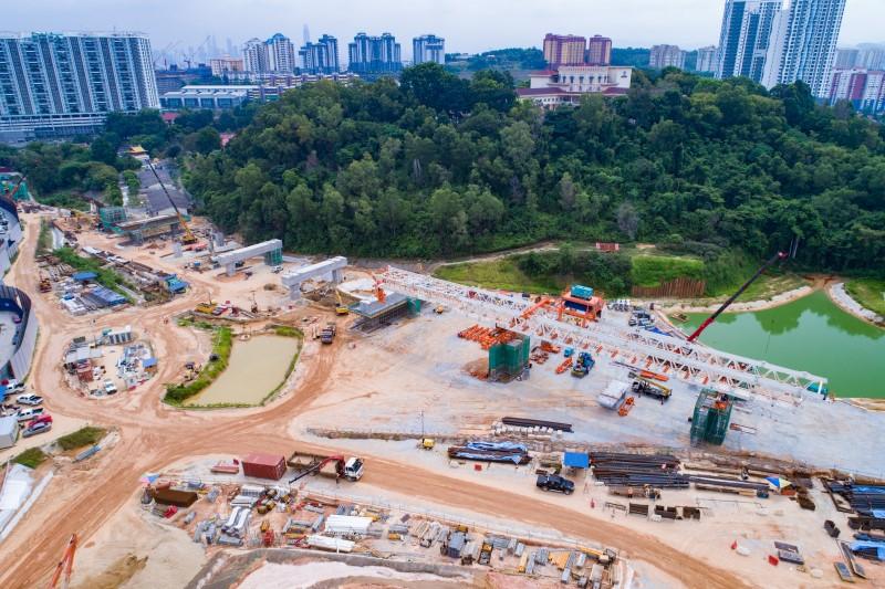 Pandangan udara pembinaan rasuk portal dan pelancar gantri di tapak Stesen MRT Taman Naga Emas.