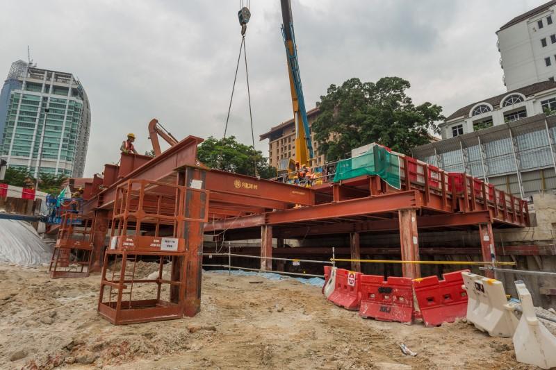 Kerja pemasangan dek pembinaan di tapak Stesen MRT Conlay.