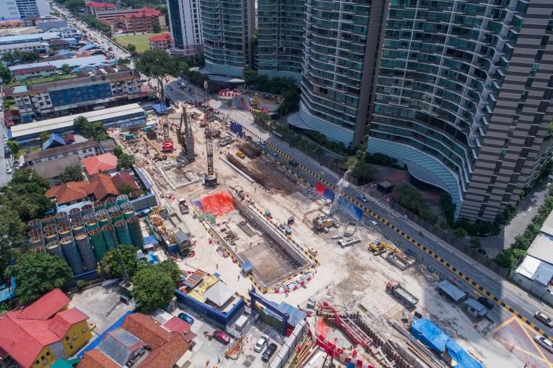 Pandangan udara penggalian dan pembinaan tembok diafragma di tapak Stesen MRT Kampung Baru North.