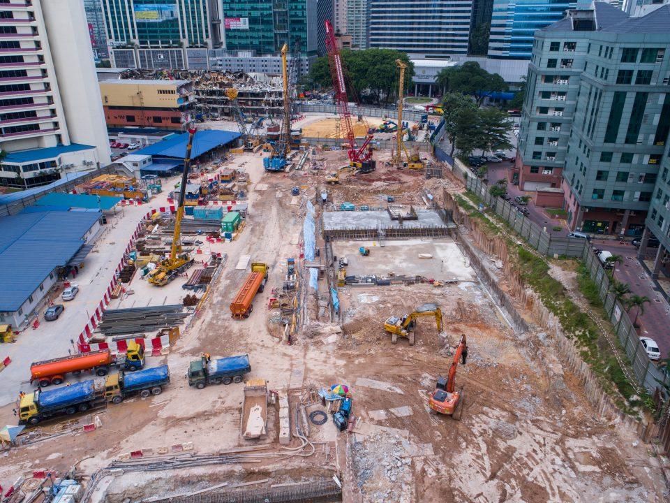 Pandangan udara kerja-kerja fabrikasi rebar untuk papak bumbung di tapak Stesen MRT Ampang Park.