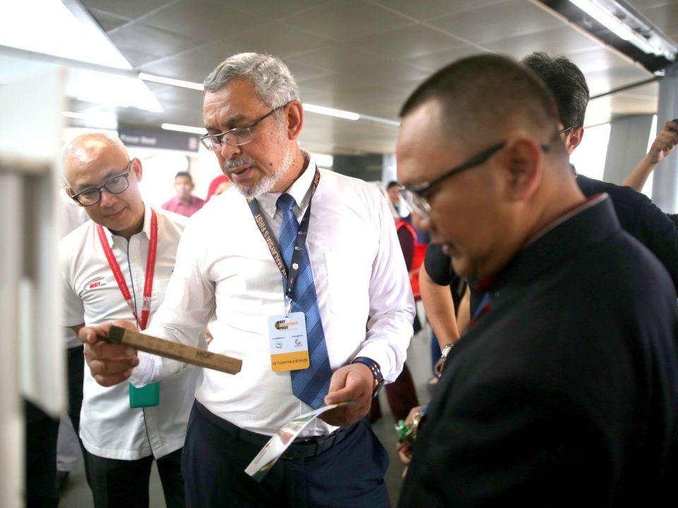 LAWATAN: Menteri Wilayah Persekutuan Tuan Haji Khalid Abd Samad melihat antara produk tempatan yang ada di Pameran Belilah Barangan Buatan Malaysia.